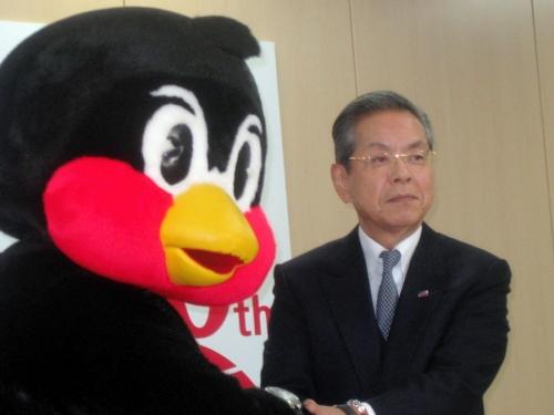 【ヤクルト】つば九郎、白旗更改 2億超要求も2万2000円でサイン ヤクルト飲み放題付き