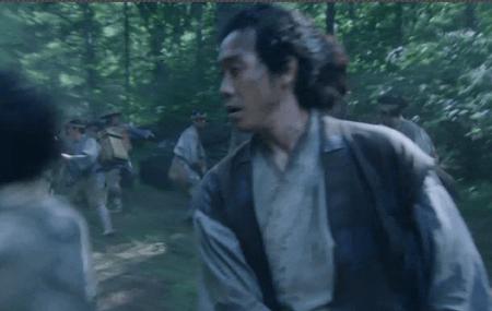 小山田信茂の家来が本性をあらわし、取り囲まれる真田兄弟。 真田丸