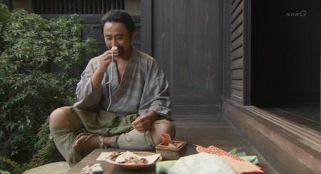 小山田茂誠(しげまさ)は、軒先で匂い袋を作っています 真田丸