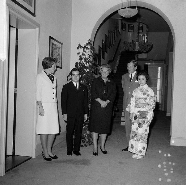 Princess_Beatrix,_Prince_Hitachi,_Queen_Juliana,_Claus_von_Amsberg_and_Princess_Hitachi_1
