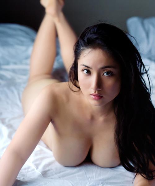 紗綾 全裸ヌードで美巨乳おっぱいとムチムチボディを大胆露出してる♪