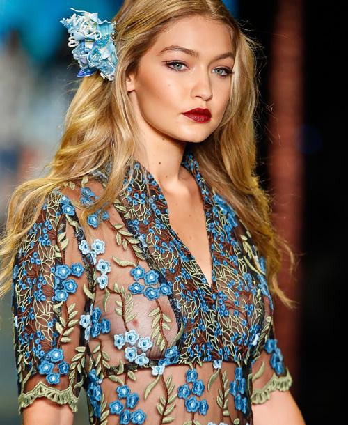 アメリカで人気の20歳のファッションモデル、ジジ・ハディッド(Gigi Hadid)の乳首が透けてるファッションショーの画像www