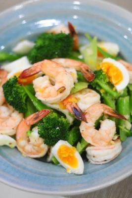 蒸しブロッコリーと海老ペペロンチーノのサラダ2