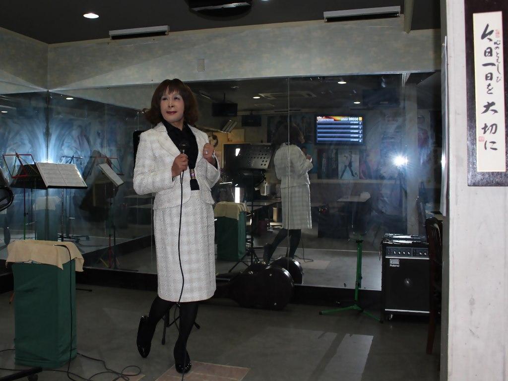 クリーム色スーツ歌の練習(1)