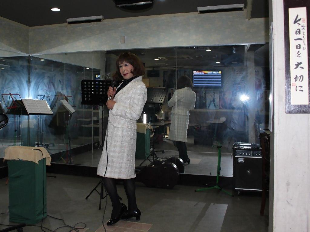 クリーム色スーツ歌の練習(2)