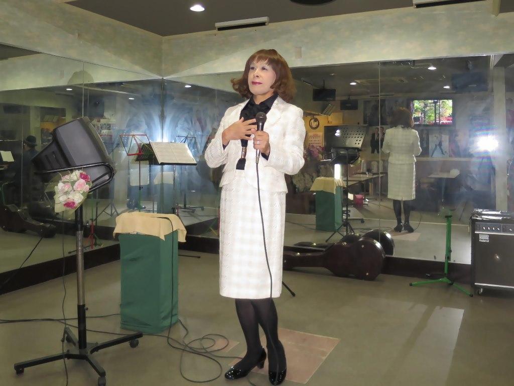 クリーム色スーツ歌の練習(3)