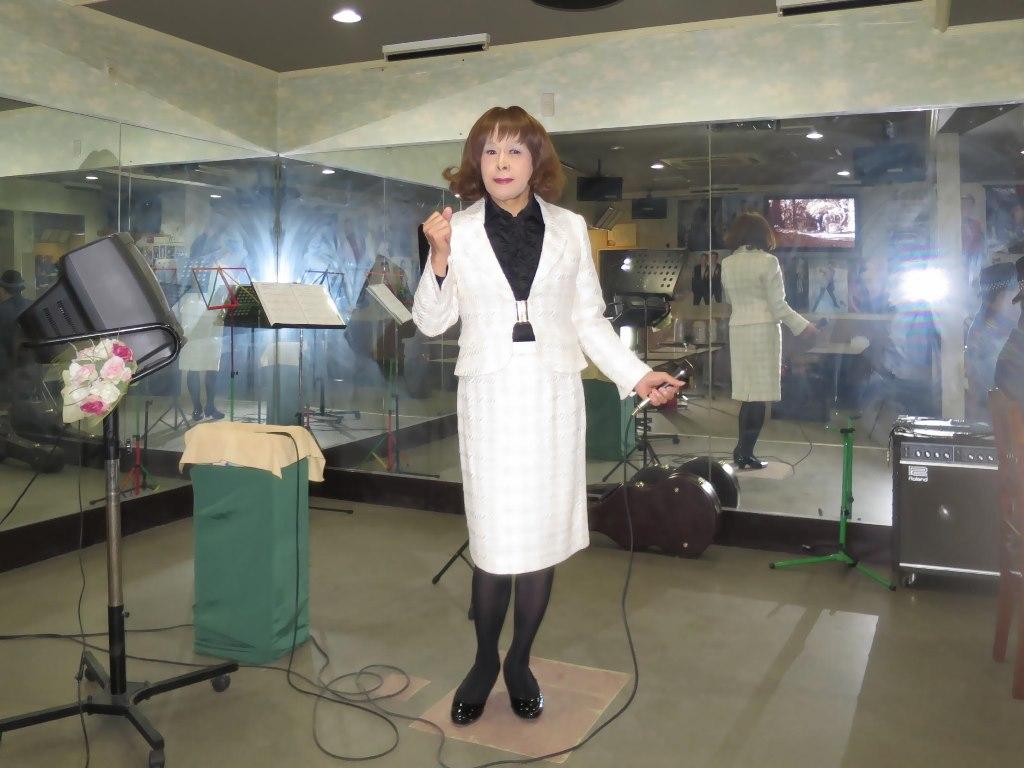 クリーム色スーツ歌の練習(4)