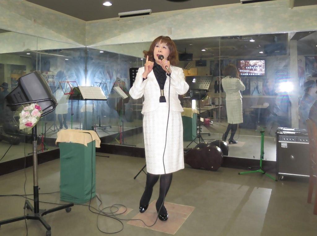 クリーム色スーツ歌の練習(5)