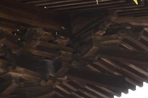 尾垂木の上の龍の彫刻
