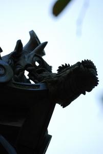 鬼瓦の前にある龍の頭のような彫刻