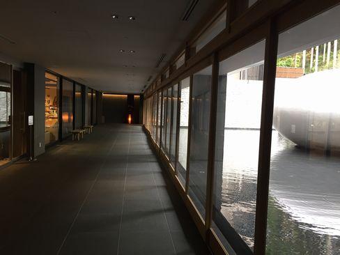 大浴場への廊下_H27.11.25撮影