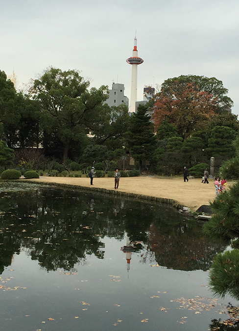 印月池に映る京都タワー_H27.11.25撮影