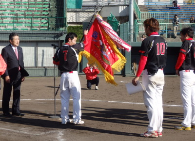 PC131901優勝旗を受け取るGOES