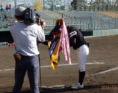 PC131906準優勝旗を受け取る福山選手