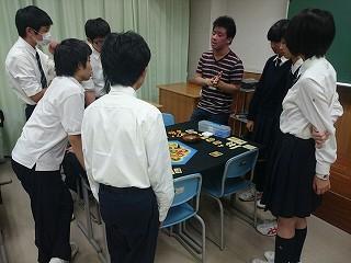 2015-11-28-山形氏の話を熱心に聞く1年生たち