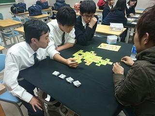 2015-11-28-タイルの使い道を説明する中川氏