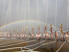 一斉放水を祝う虹が