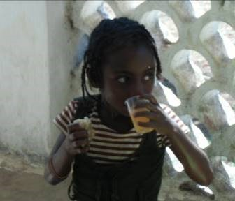 現地子供たちに人気の飲み物と少女