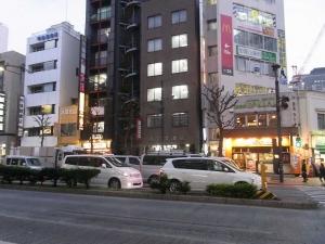 いきなり!ステーキ神保町店交差点向かい側からの視界性