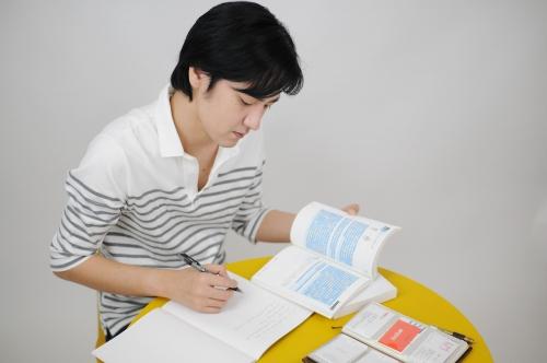 必死に勉強中の男性