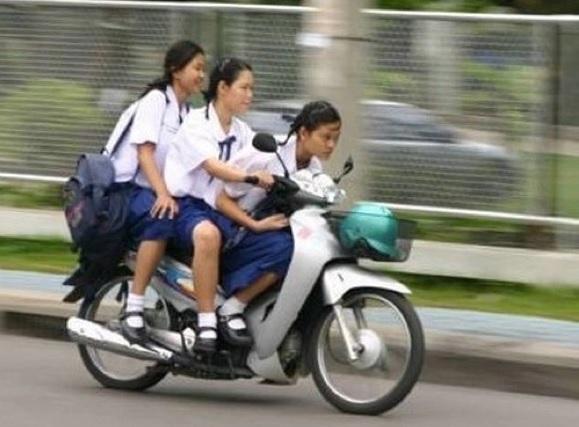 2016-2-4タイの女性バイク3人乗り