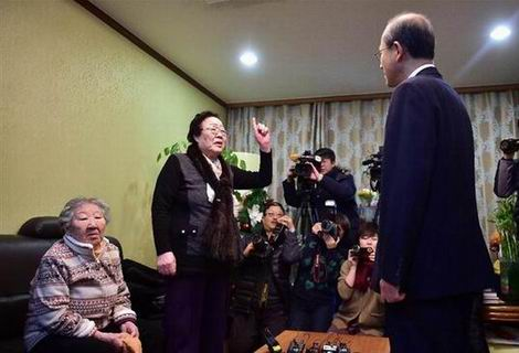 20151230_「ナヌムの家」を訪れた韓国高官(470x320)