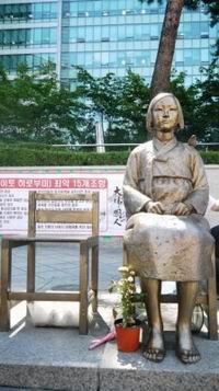 20151231_韓国_日本大使館前の慰安婦像(200x357)
