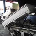 荷台を上げる軽トラダンプ