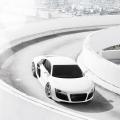 走る白い車