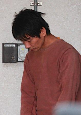 キングオブコメディ高橋健一容疑者、送検 うつむいたまま警察車両へ3