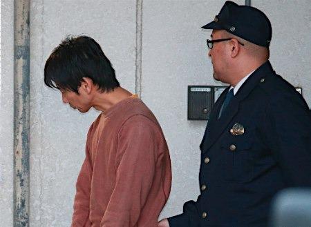 キングオブコメディ高橋健一容疑者、送検 うつむいたまま警察車両へ2