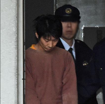 キングオブコメディ高橋健一容疑者、送検 うつむいたまま警察車両へ1