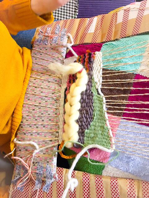 能年玲奈さん、ダンボール製の織り機で織物に挑戦5