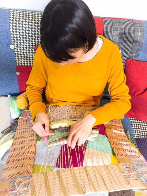 能年玲奈さん、ダンボール製の織り機で織物に挑戦4