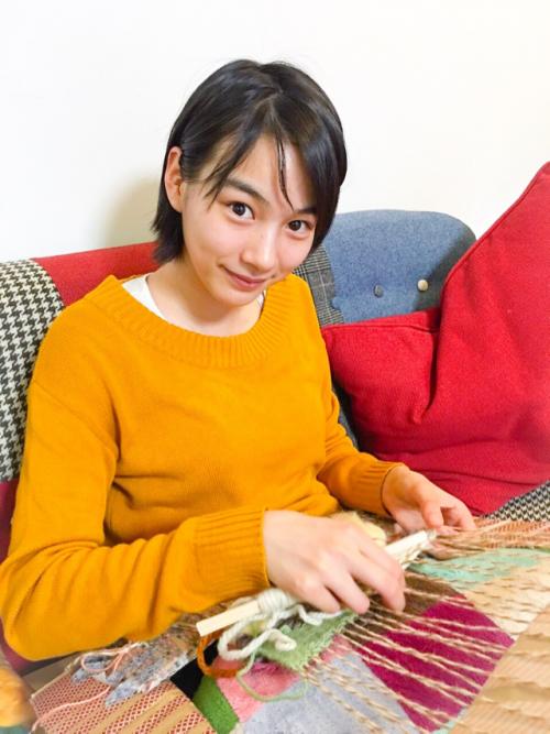 能年玲奈さん、ダンボール製の織り機で織物に挑戦3