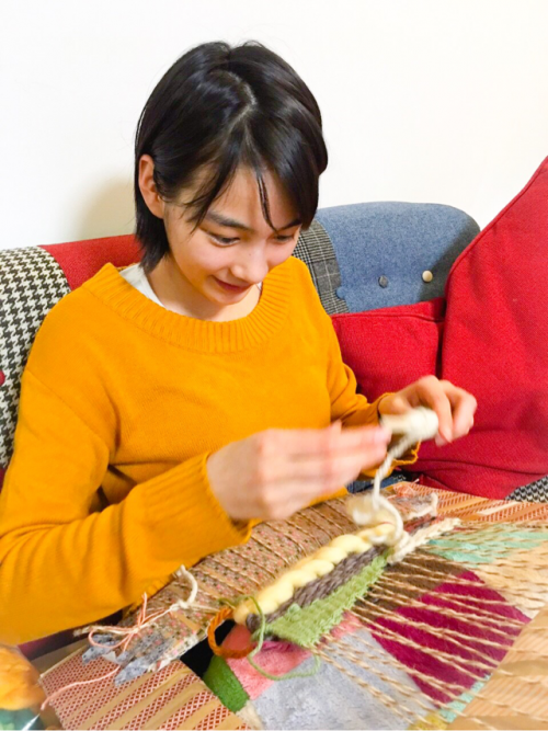能年玲奈さん、ダンボール製の織り機で織物に挑戦2
