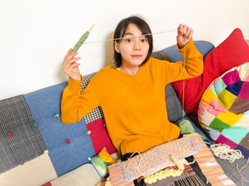 能年玲奈さん、ダンボール製の織り機で織物に挑戦1