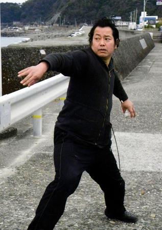 元巨人の野村貴仁氏、ヒゲを剃る3