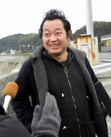 元巨人の野村貴仁氏、ヒゲを剃る1