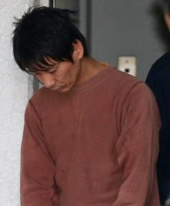 キングオブコメディ高橋健一容疑者、送検 うつむいたまま警察車両へ