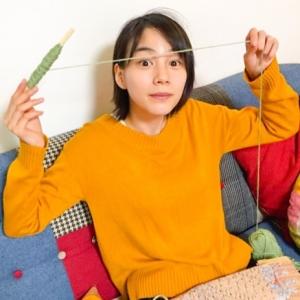 能年玲奈さん、ダンボール製の織り機で織物に挑戦