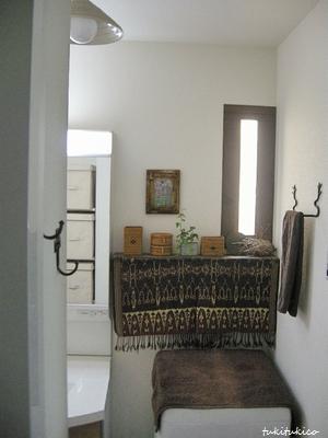 洗面所に絵を飾る1