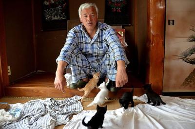 fukushima-radioactive-disaster-abandoned-animal-guardian-naoto-matsumura-5.jpg