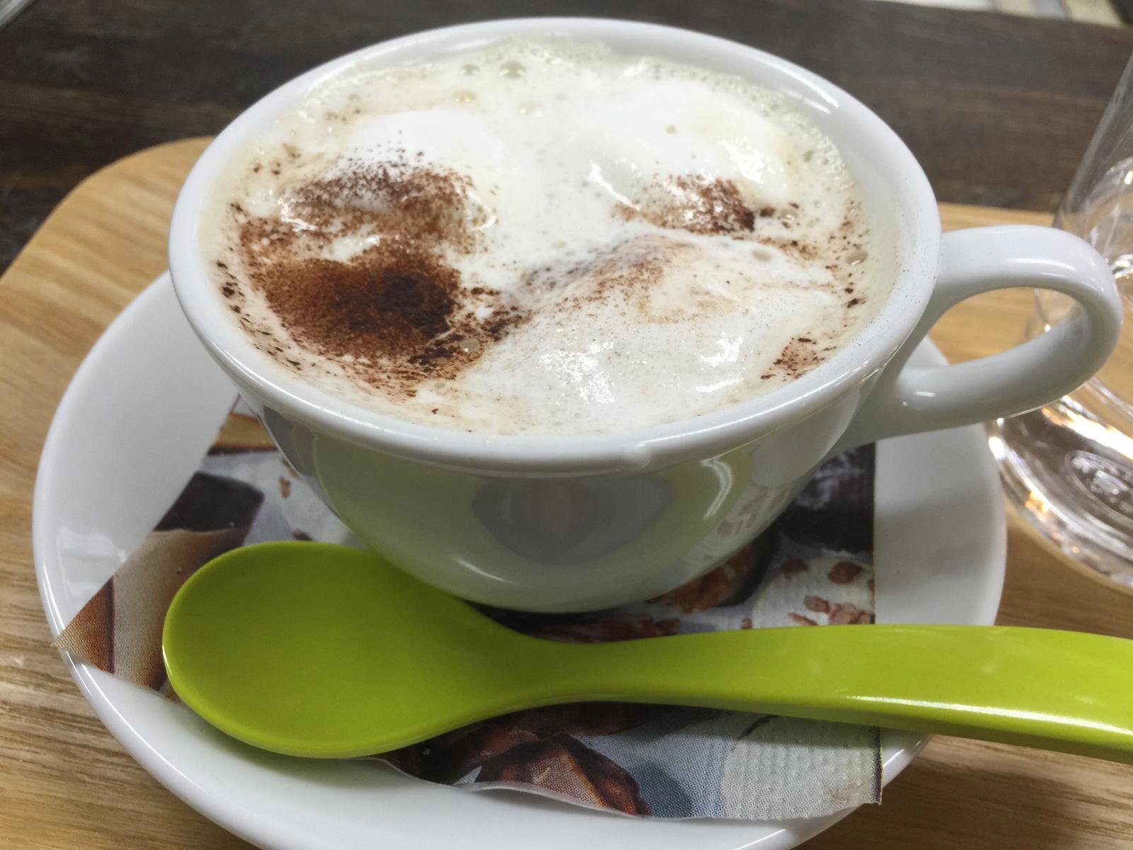 新世界にあるこだわりのコーヒー屋さん【スラウェシ ビーンズ ジャパン】マシュマロ入りラテ