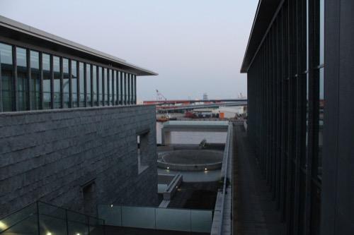 0003:兵庫県立美術館 野外展示スペース(4階)から海側をみる