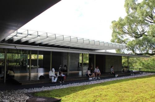 0031:平等院ミュージアム鳳翔館 苔庭に佇む人々①