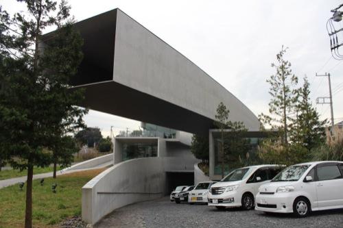 0033:ホキ美術館 駐車場へのスロープ