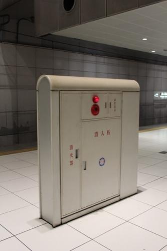 0036:元町・中華街駅舎 丸みを帯びた消火栓