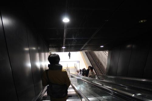 0036:元町・中華街駅舎 ホームへ向かうエスカレーター