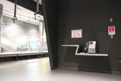 0037:新高島駅舎 公衆電話棚のデザイン